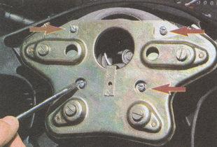 винты крепления рамки выключателя звуковых сигналов к сильфону рулевого колеса