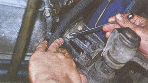 крепление подушки двигателя к левому кронштейну поперечины