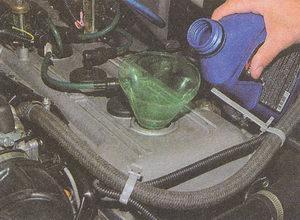 залив масла в двигатель ЗМЗ 406