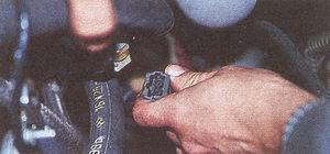 колодку системы управления двигателем и датчика температуры воздуха во впускном коллекторе