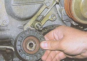ось натяжителя и натяжной ролик ГРМ двигателя ЗМЗ 406