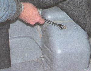 крепление наливной горловины бензобака