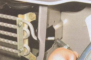 снятие масляного радиатора на автомобиле Волга ГАЗ 31105