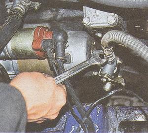 штуцер подводящего шланга масляного радиатора ГАЗ 31105