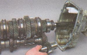 вторичный и промежуточный валы вместе с осью и шестерней заднего хода