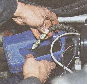 снятие крана и шлангов масляного радиатора на автомобиле Волга ГАЗ 31105