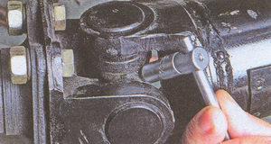 отворачиваем пресс-масленку с караданного шарнира автомобиля Волга ГАЗ 31105