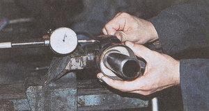 проверка продольного люфта и заеданий в подшипниках карданного вала автомобиля Волга ГАЗ 31105