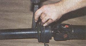 нанесение метки на трубе переднего карданного вала автомобиля Волга ГАЗ 31105