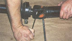 отворачиваем болт крепления вилки карданного вала автомобиля Волга ГАЗ 31105
