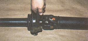 сбиваем вилку со шлицев наконечника переднего карданного вала автомобиля Волга ГАЗ 31105