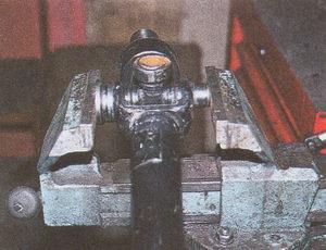 выпрессовываем подшипники из карданного шарнира Волга ГАЗ 31105 с помощью тисков