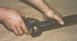 шип крестовины заводим в проушину карданной вилки ГАЗ 31105
