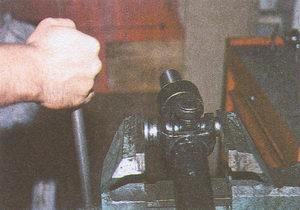 зажимаем карданный шарнир автомобиля Волга ГАЗ 31105 в тиски