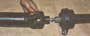 соединяем вилку с наконечником карданного вала автомобиля Волга ГАЗ 31105
