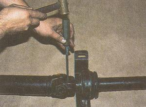 стопорим болты карданной вилки автомобиля Волга ГАЗ 31105