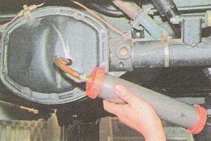 заливаем в редуктор заднего моста ГАЗ 31105 трансмиссионное масло