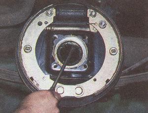 снимаем сальник полуоси автомобиля Волга ГАЗ 31105