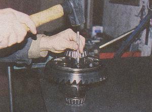 выбиваем болты из отверстий дифференциала ГАЗ 31105