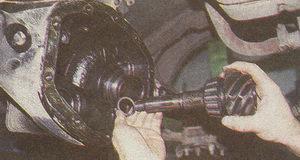 снятие ведущей шестерни с регулировочной шайбой ГАЗ 31105