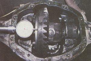 проверка люфта в подшипниках дифференциала заднего моста автомобиля Волга ГАЗ 31105