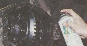 нанесение краски на редуктор шестерни заднего моста автомобиля Волга ГАЗ 31105