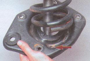 установка пружины в углубление нижней опорной чашки