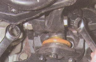 стягивающие части нижнего рычага передней подвески ГАЗ 31105