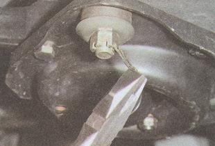 крепление стойки стабилизатора поперечной устойчивости к нижней опорной чашке пружины автомобиля Волга ГАЗ 31105