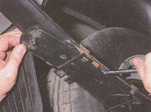 замена прокладки на заднем конце рессоры ГАЗ 31105
