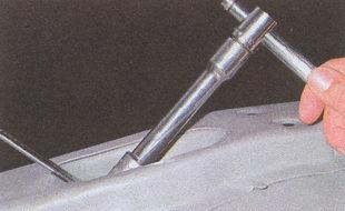 отворачиваем контргайку крепления амортизатора ГАЗ 31105