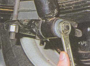 гайку нижнего крепления амортизатора ГАЗ 31105