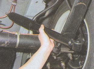 снятие заднего амортизатора с автомобиля Волга ГАЗ 31105