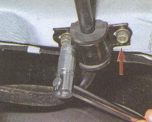 крепление скобы стабилизатора поперечной устойчивости к заднему лонжерону ГАЗ 31105