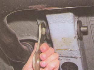 снятие палеца серьги и втулки из лонжерона автомобиля Волга ГАЗ 31105