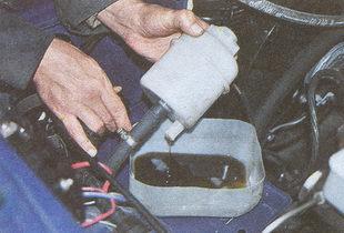 сливаем жидкость из бачка гидроусилителя ГАЗ 31105
