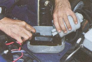 отсоединение шланга от бачка гидроусилителя ГАЗ 31105
