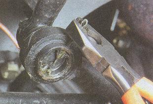 расшплинтовывание резьбовой заглушки шарнира автомобиля ГАЗ 31105