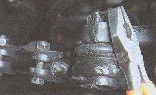 расшплинтовывание наконечника шарнира рулевой тяги
