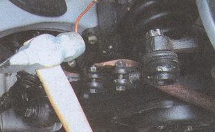 выпрессовка палеца из отверстия рычага рулевой тяги