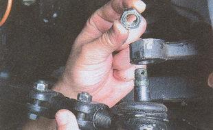 гайку пальца шарнира рулевой тяги