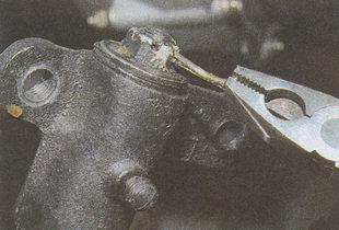 расшплинтовка гайки пальца маятникового рычага ГАЗ 31105