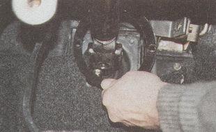 снятие держателя уплотнителя со шпилек