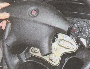 снятие накладки рулевого колеса ГАЗ 31105