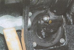 выбиваем клин рулевой колонки ГАЗ 31105