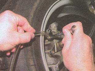 прокачка тормоза переднего колеса автомобиля Волга ГАЗ 31105