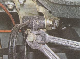 отворачиваем на несколько оборотов контргайку регулятора тормозов