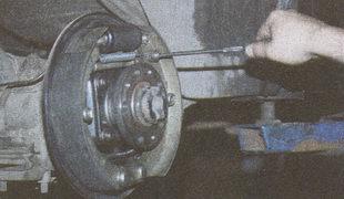 регулировка троса ручника на автомобиле Волга ГАЗ 31105