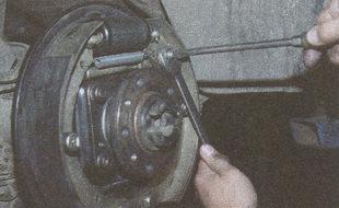 после регулировки троса ручника затягиваем котргайку