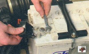 проверка затяжки «плюсовой» клеммы аккумуляторной батареи Лада Калина ВАЗ 1118